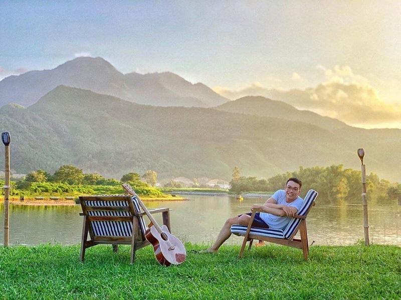 Ngồi ngắm cảnh ở ven sông vô cùng bình yên