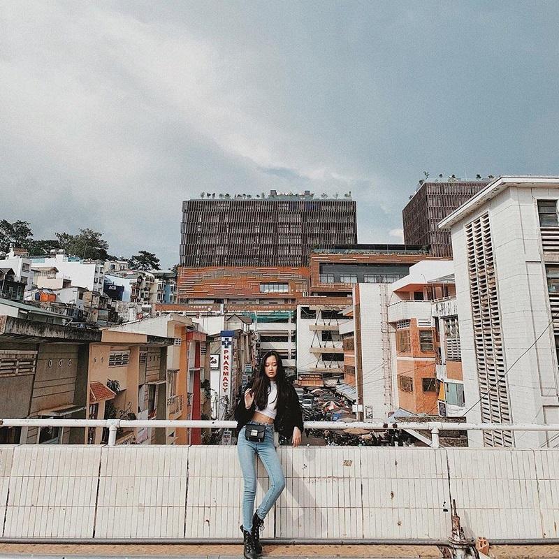 Chụp hình ở cây cầu nổi tiếng trước chợ Đà Lạt