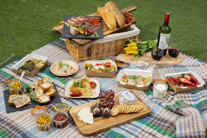 Chuẩn bị món ăn đi picnic thịnh soạn đầy đủ