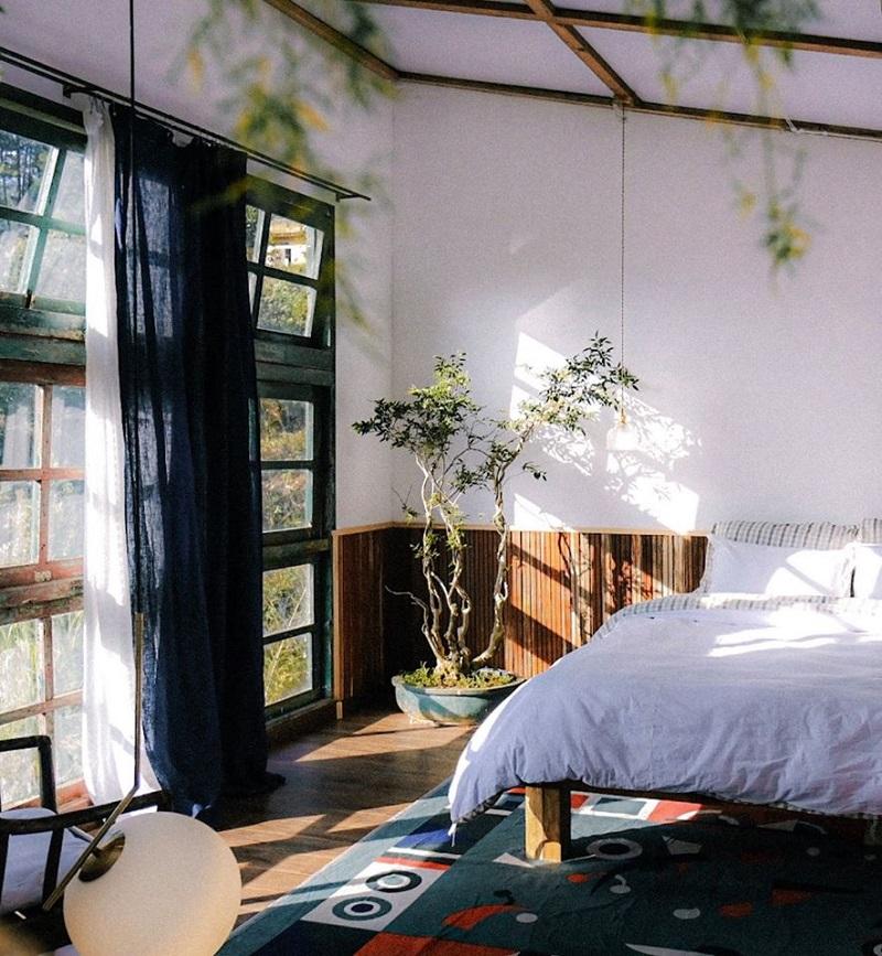 Một góc nhỏ lãng mạn bên trong phòng ngủ ở Đợi Một Người Homestay