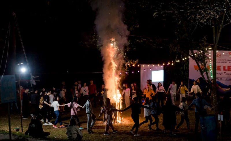 Tổ chức đốt lửa trại vào buổi tối
