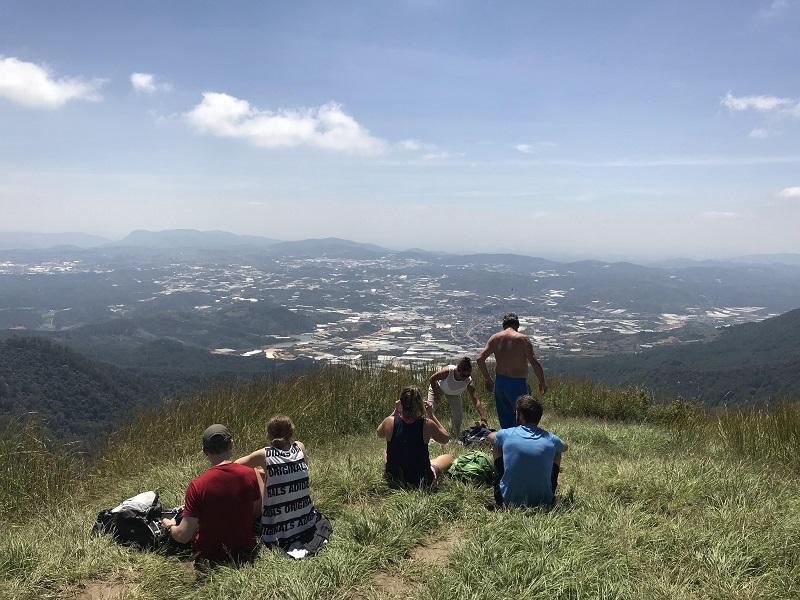 Đoàn người chinh phục thành công đỉnh Langbiang