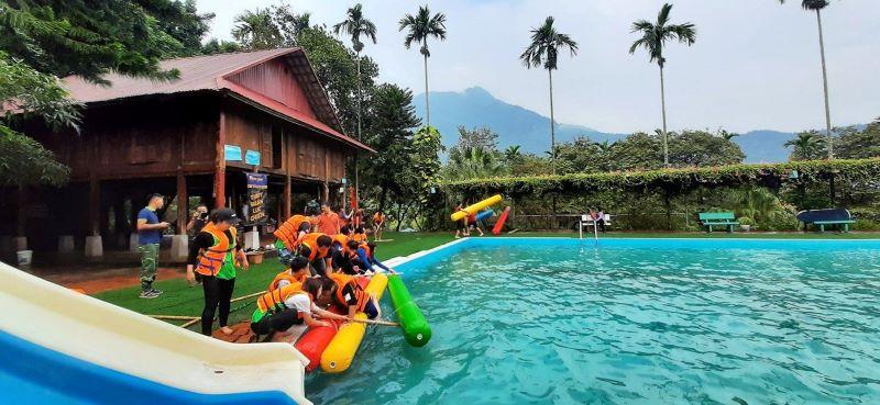 Tổ chức các trò chơi tập thể ở bể bơi