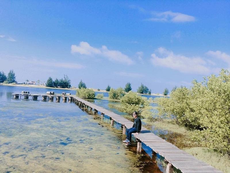 Cây cầu gỗ tại Hồ Cốc