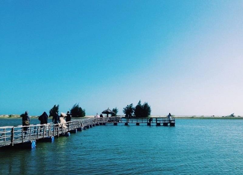 Cây cầu hướng ra biển ở Hồ Cốc Vũng Tàu