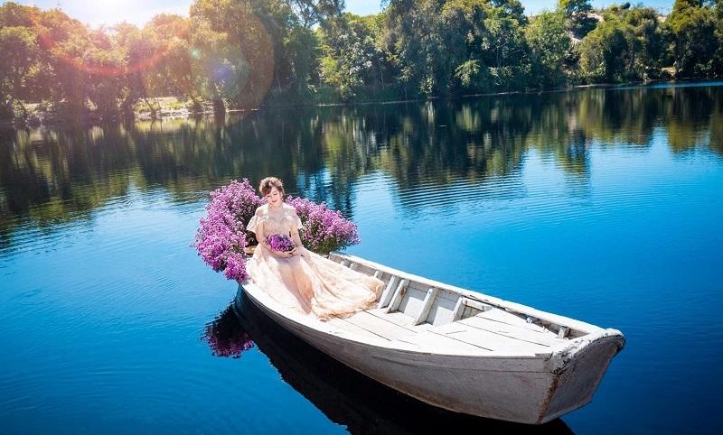 Chuoj ảnh trên thuyền tại Hồ Cốc