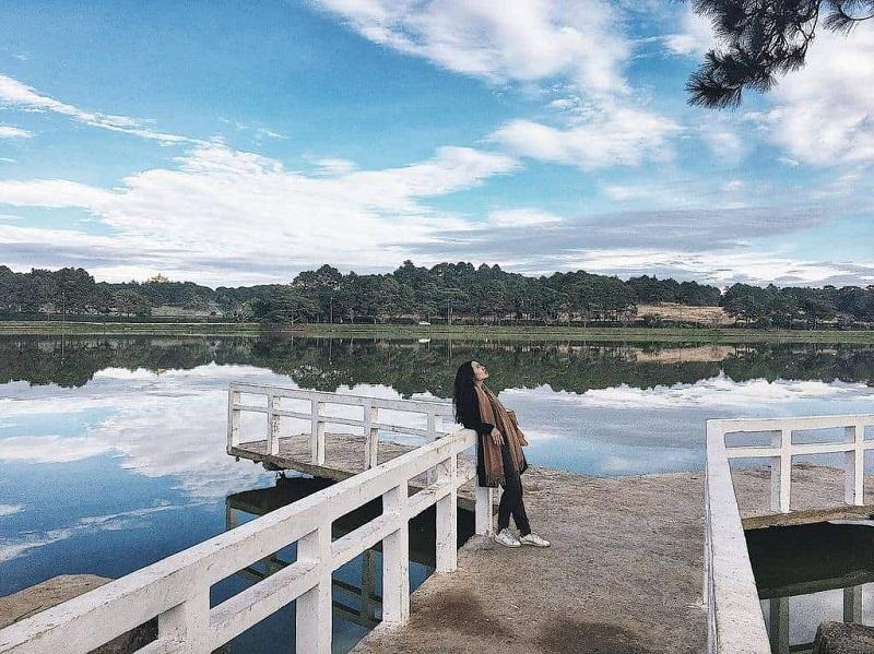 Chụp hình tại cây cầu chữ Y ở hồ Xuân Hương