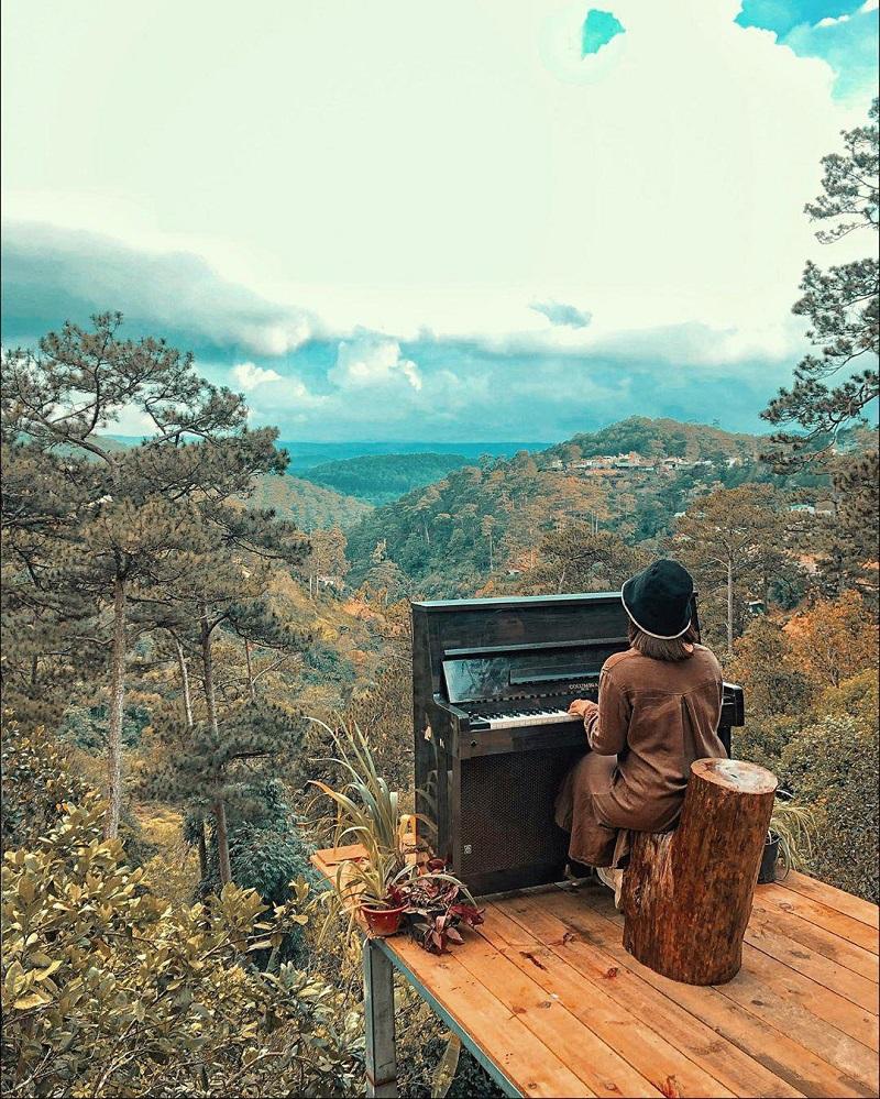 Góc nhỏ đàn piano ở trên cao Home of Dreamers Dalat