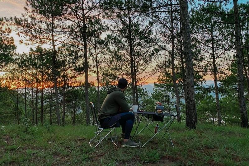 Bàn ghế xếp là một trong những món đồ không thể thiếu khi đi cắm trại