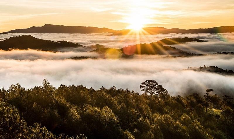 Khung cảnh mây bồng bềnh trôi trên đỉnh núi Hòn Bồ