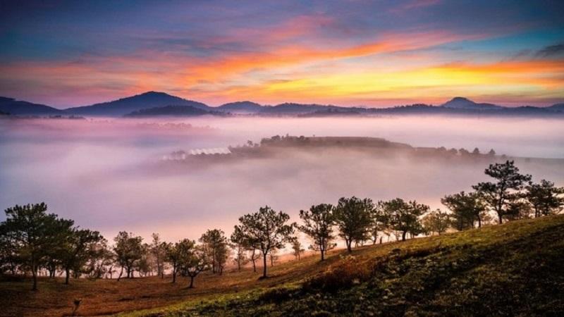 Phong cảnh Hòn Bồ với những ngọn đồi phủ mây và sương mù