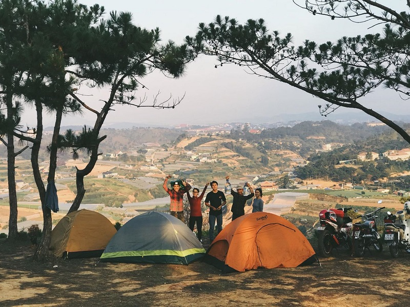 Nhóm bạn cắm trại ở núi Hòn Bồ Đà Lạt