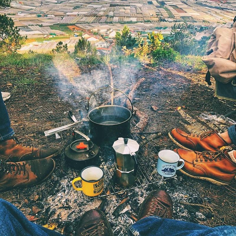 Đốt lửa trại và ăn uống khi đi cắm trại trên đỉnh núi