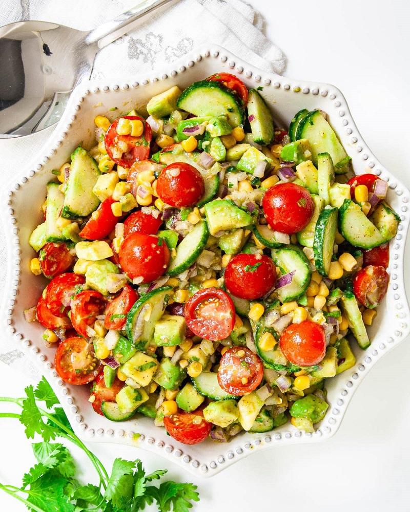 Món salad bơ, hạt bắp và cà chua bi