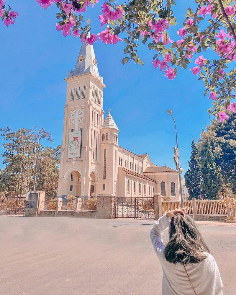 Bên ngoài nhà thờ Con Gà Đà Lat