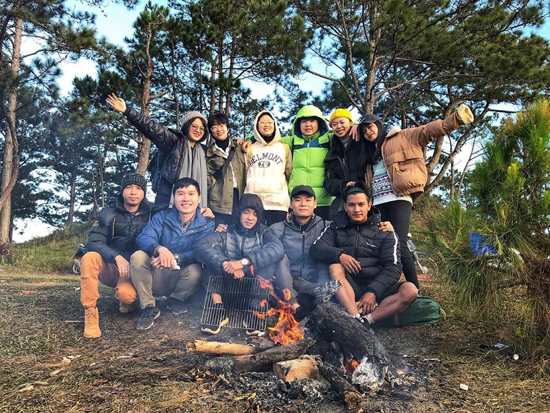 Đốt lửa trại quây quần bạn bè trên đỉnh Hòn Bồ