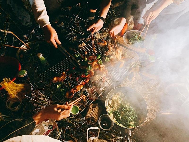 Nướng thịt trên khay vỉ nướng khi cắm trại ở Hòn Bồ
