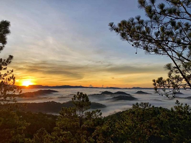 Săn mây trên đỉnh núi Hòn Bồ vào sáng sớm