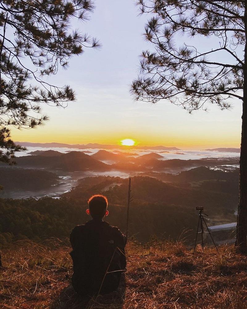 Ngắm hoàng hôn trên đỉnh núi Hòn Bồ