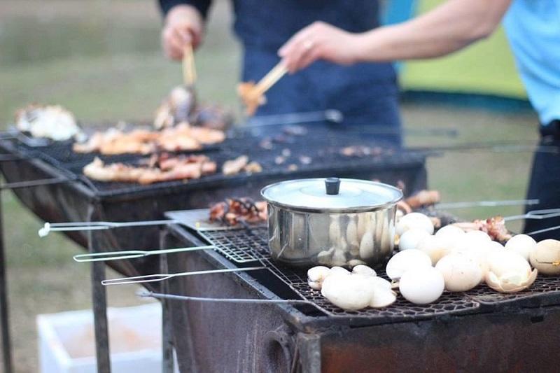 Nướng đồ ăn trên bếp nướng