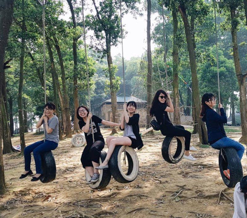 Cùng nhau chụp hình với những xích đu hình bánh xe