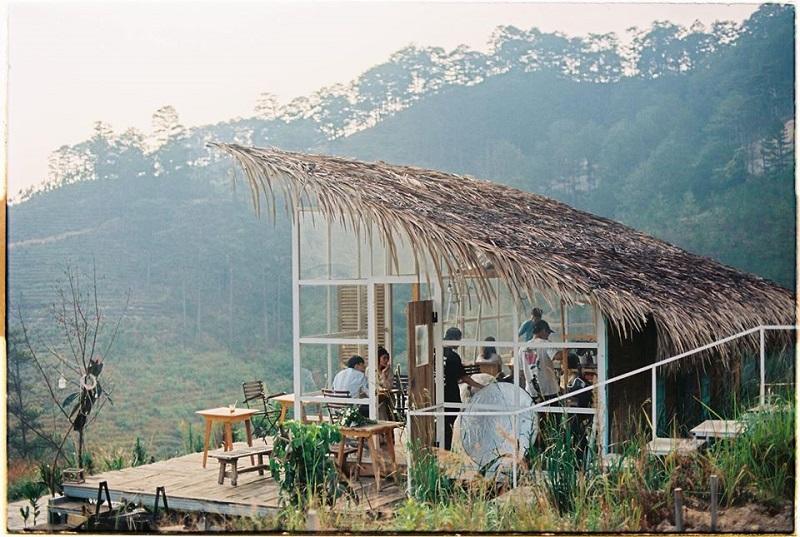 Khu bếp sinh hoạt chung giữa đồi núi ở The Wilder-nest