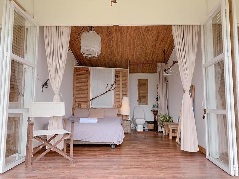 Không gian phòng ở The Wilder-nest với tông chủ đạo trắng, be, gỗ