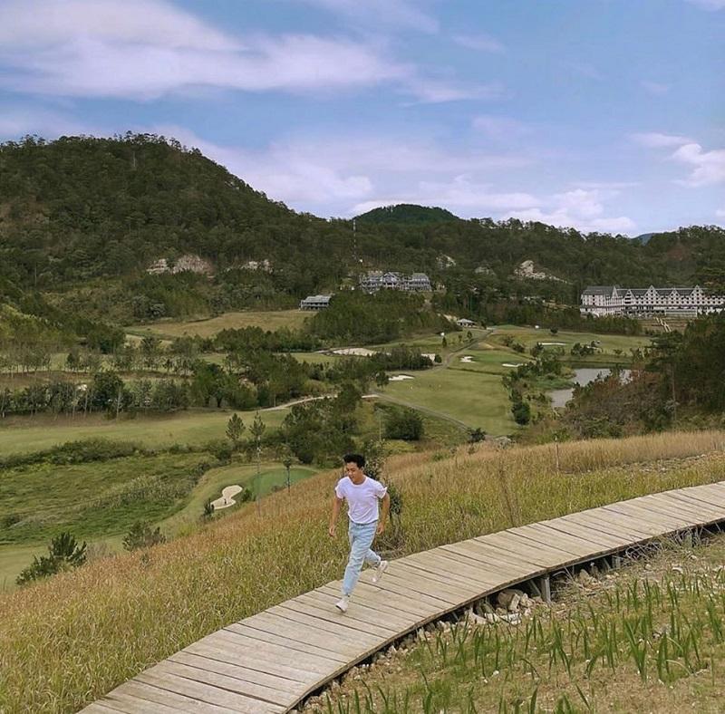 Cây cầu trắng nối 2 khu homestay ở The Wilder-nest Đà Lạt
