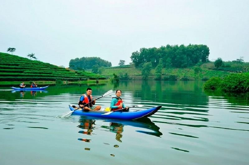 chèo thuyền trên dòng sông ở yên retreat