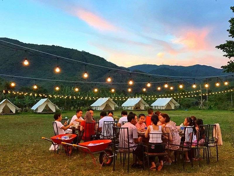 Khu vực ăn uống ở ngoài trời với những dây đèn thắp sáng