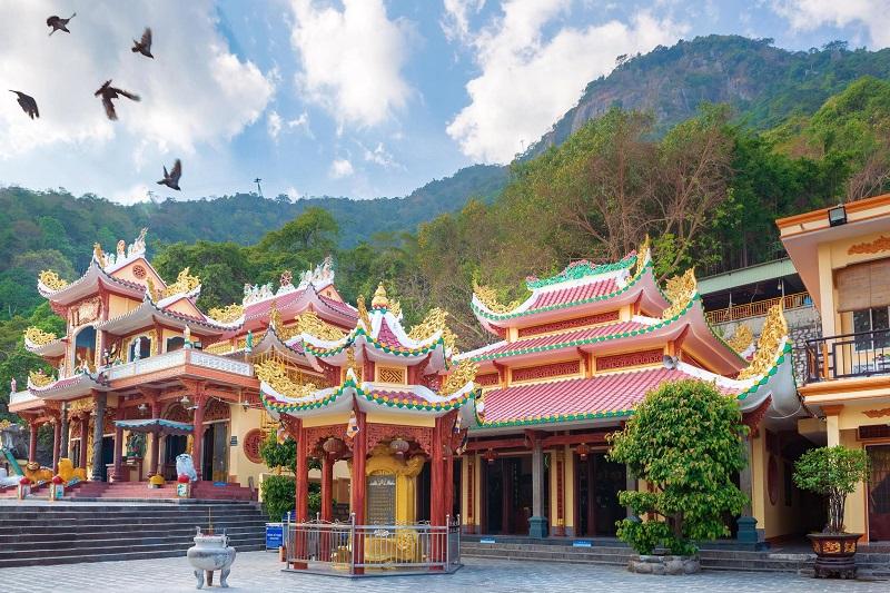 Nhìn từ bên ngoài không gian của chùa Bà Đen