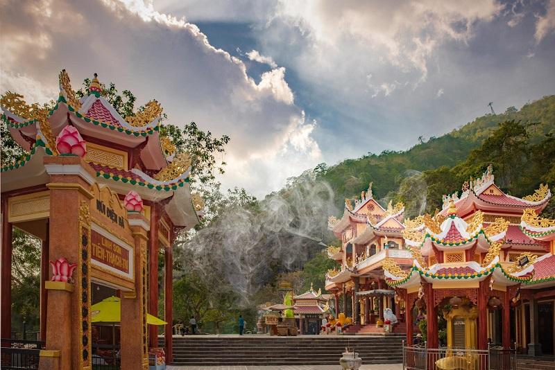 Một góc khác của chùa Bà Đen mang kiến trúc nổi bật