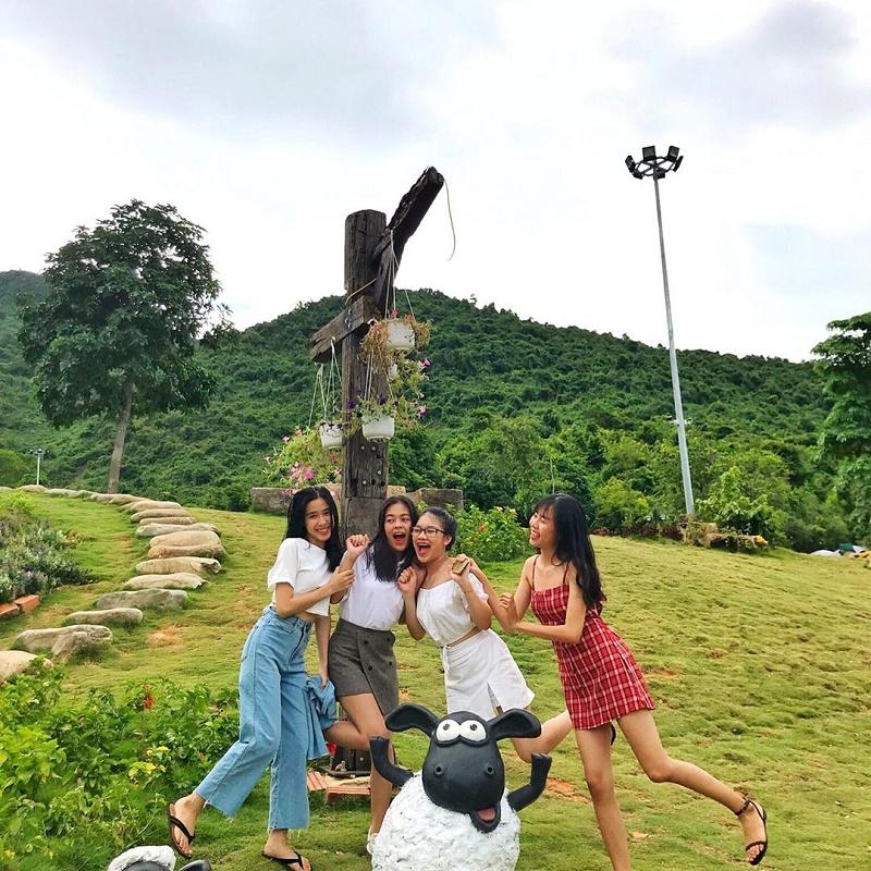 4 bạn gái vui chơi tại làng người lùn