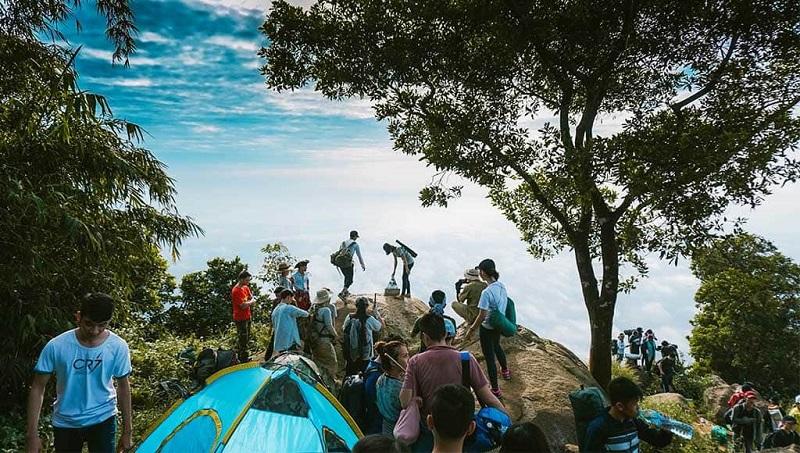 Một khu vực ở đỉnh núi Bà Đen đông đúc người cắm trại