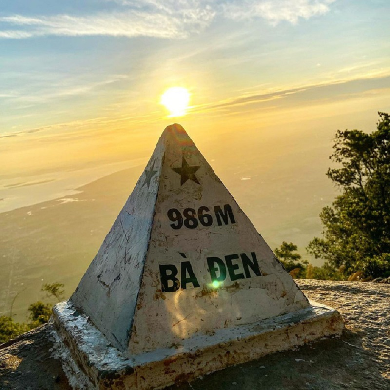 Cột mốc đỉnh núi Bà Đen 986m dưới ánh mặt trời hoàng hôn