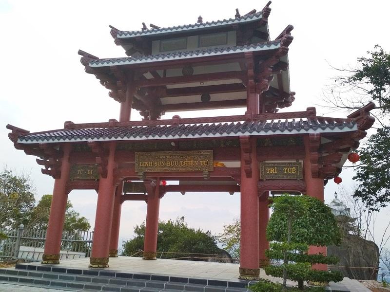 Cổng chùa Linh Sơn Bửu Thiền được sơn son kiểu Nhật Bản