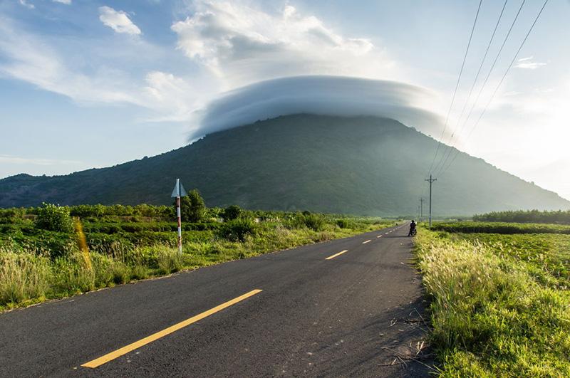 Con đường dẫn đến núi Bà Đen hai bên là cánh đồng và vườn cây