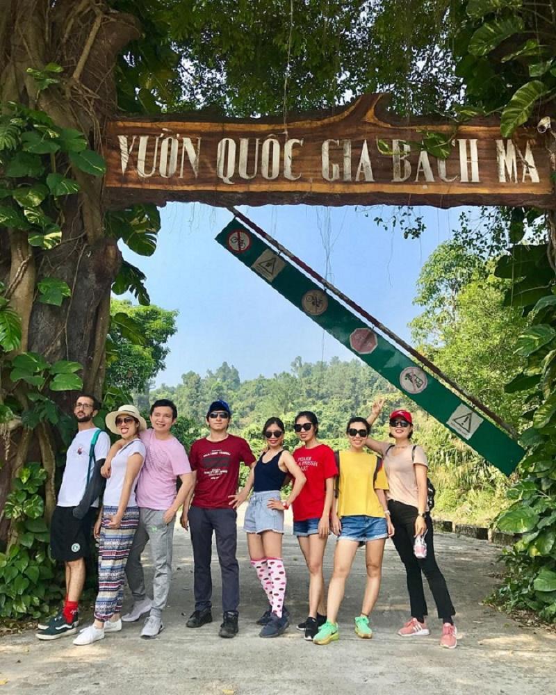 Nhóm 8 người check in tại vườn quốc gia bạch mã