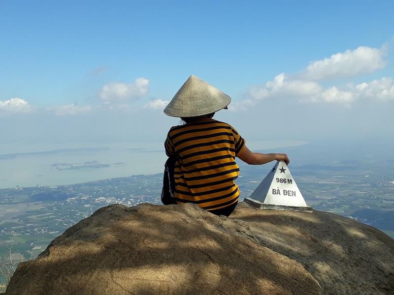 Chụp ảnh từ sau và săn mây trên đỉnh núi bà đen