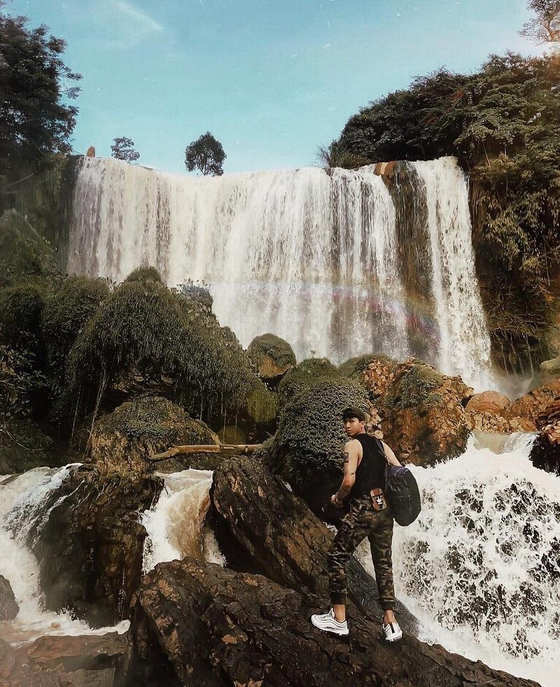 Khung cảnh thác Voi hùng vĩ, cuồn cuộn nước chảy trắng xóa ở Đà Lạt