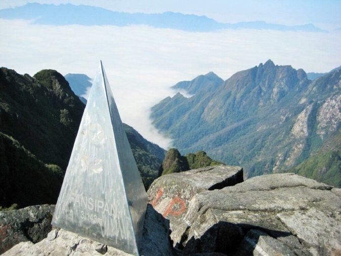đỉnh Fansipan mây mù bao phủ