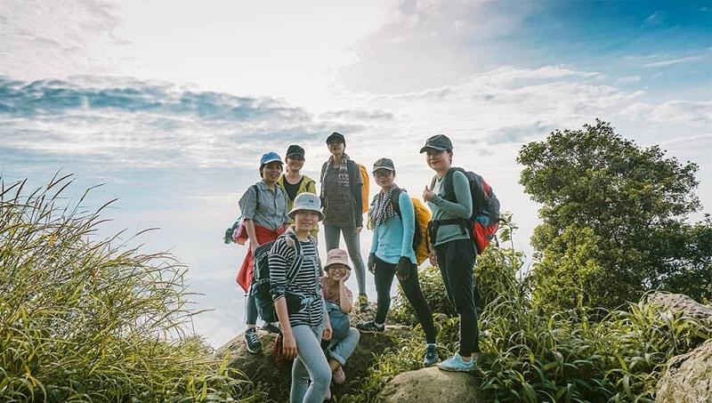 Một đoàn chụp ảnh trên đỉnh Bà Đen sau khi hoàn thành chặng đường