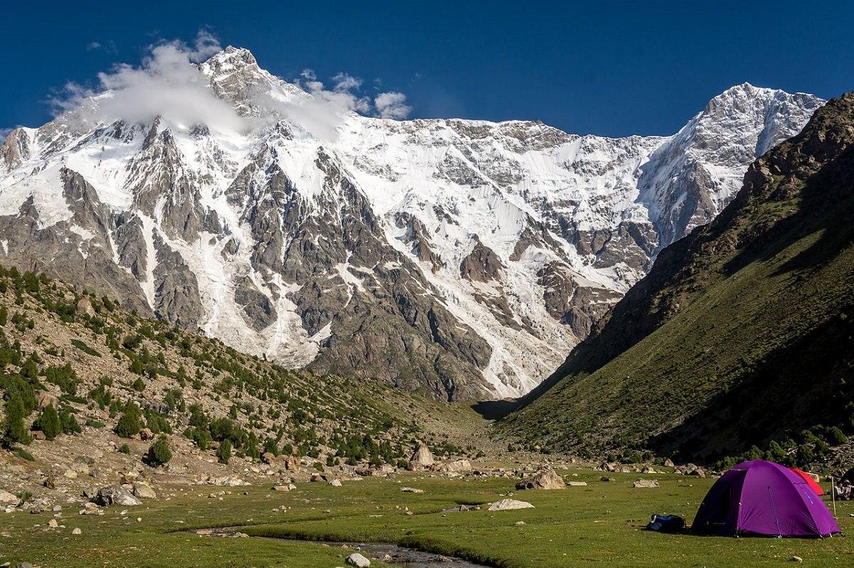 thảo nguyên xanh bên dưới những đỉnh núi tuyết điệp trùng