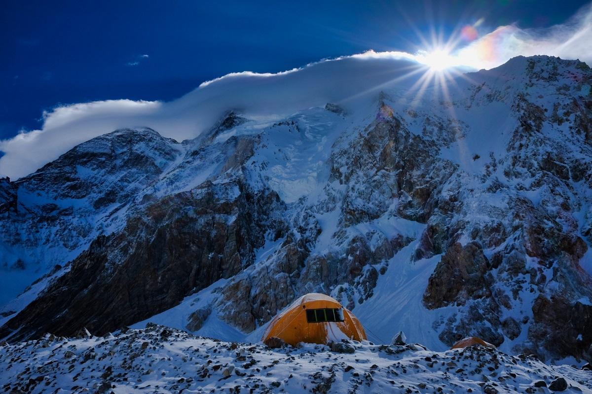 cắm trại dưới đỉnh núi broad peak