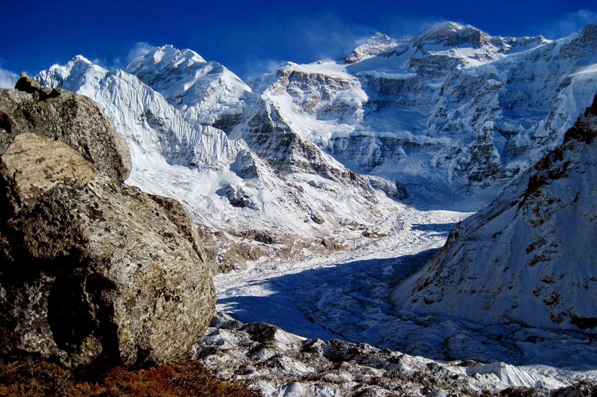 khúc quanh lên đỉnh Kanchenjunga với những sườn núi tuyết bao phủ