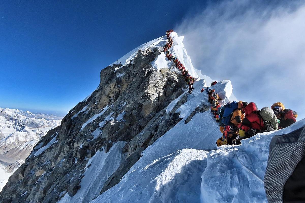 đoàn leo núi đang leo trên đỉnh everest phủ đầy tuyết