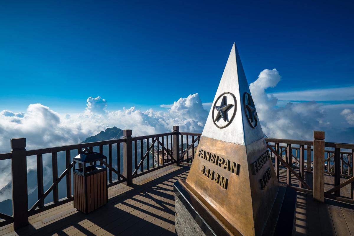 đỉnh fansipan đánh dấu độ cao 3143m giữa biển mây đại ngàn