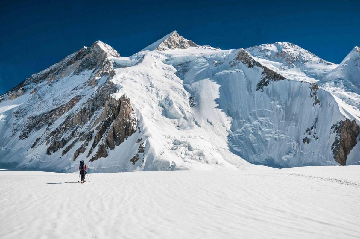 đường đi dưới chân núi gasherrumII phủ đầy tuyết trắng