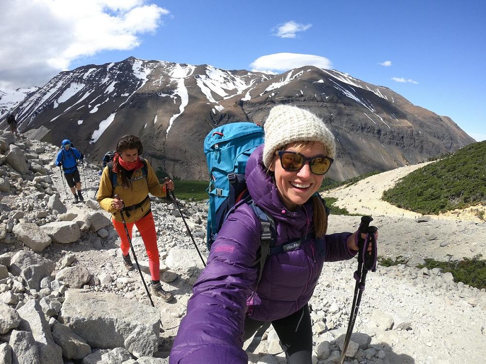 3 người sử dụng gậy leo núi để di chuyển lên đỉnh núi