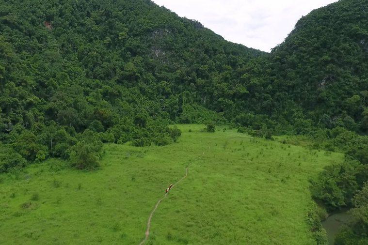 Thung lũng Hung Ton xanh mướt du khách chắc chắn sẽ được chiêm ngường trên đường bắt đầu hành trình và trở về.